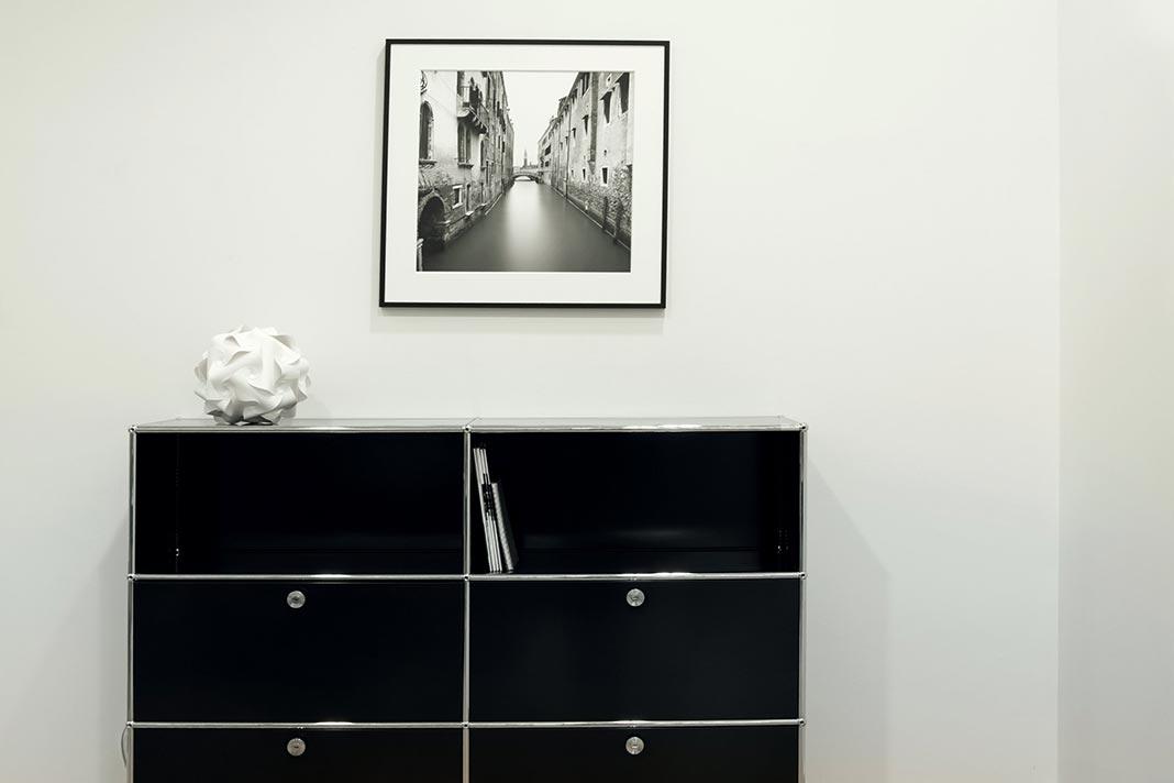 Bild über einem Sideboard
