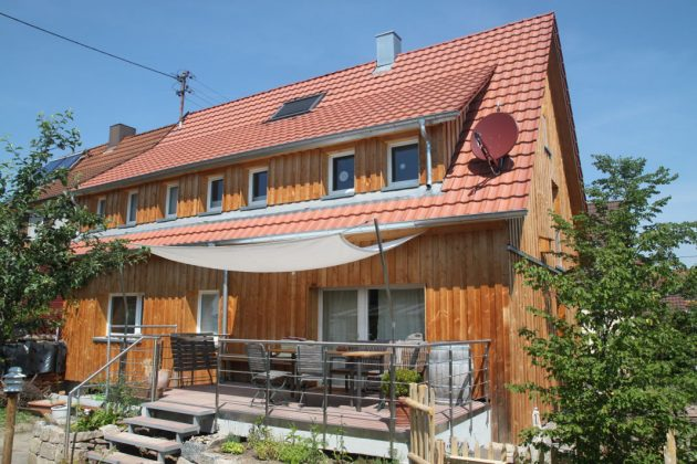 Fertiges Haus von außen mit natürlichen Materialien - VHD