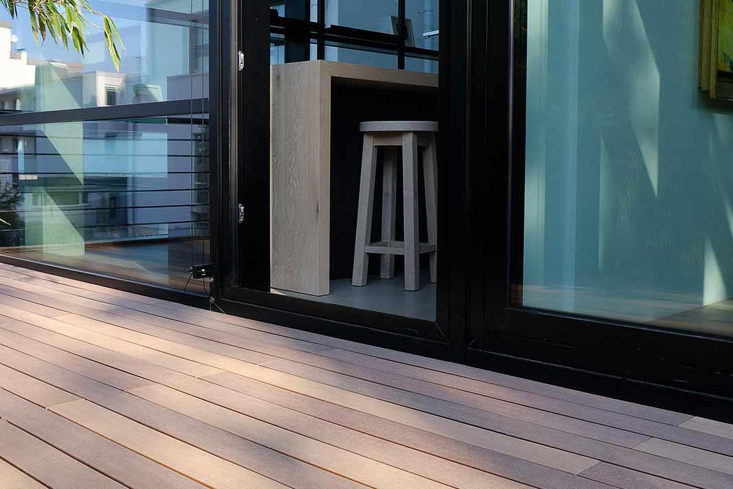 Terrassendielen vor einer Küche mit Tresen