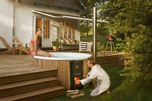 Das Badefass wurde in die Terrasse integriert.