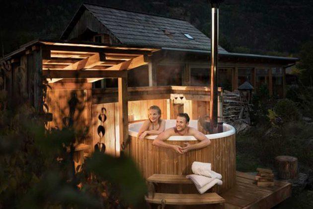 gemütlicher Abend im Badefass
