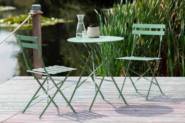 Süße Gartenmöbel aus Stahl in bunten Farben.