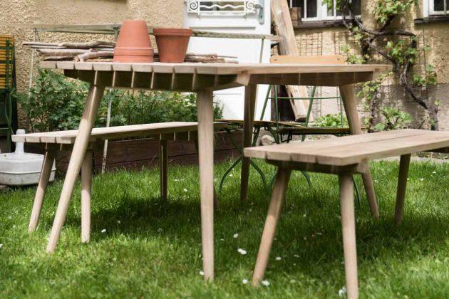 Klassischer Gartentisch mit zwei Bänken aus Holz