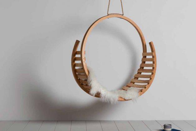 Gemütlicher hängender Stuhl für den Einsatz in überdachten utdoorbereichen aus Eichenholz.