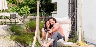 Hängesessel für den Garten aus witterungsbeständigen Materialien.