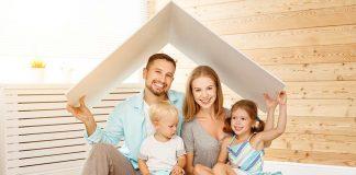 Familie in Wohnzimmer ohne Feuchteschäden