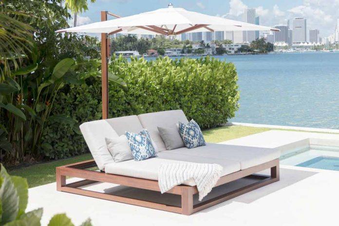 Gartenmöbel in weiß mit Sonnenschirm.