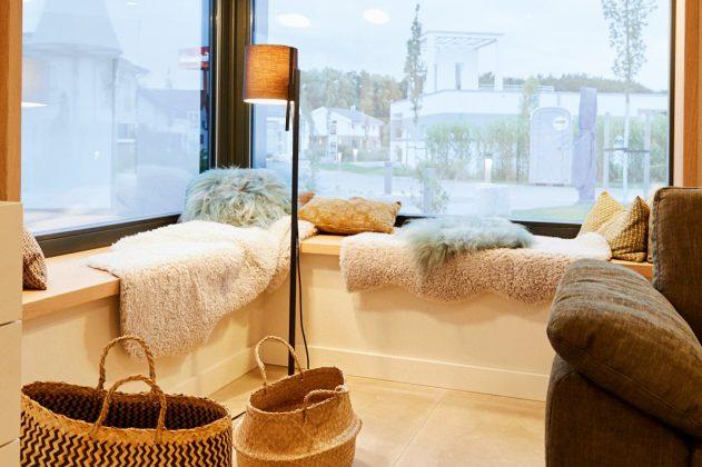 Fensterbank mit Verglasungen mit weiter Aussicht in die Natur - Musterhaus Alona