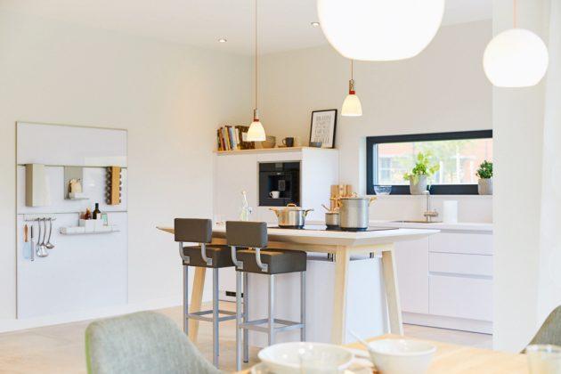 Küche mit Kochinsel im Musterhaus Alona.