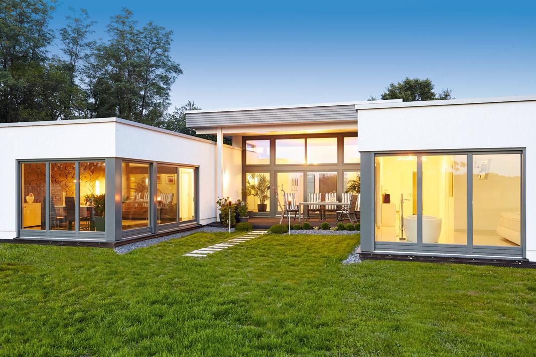 Der moderne Flachdachbungalow folgt der Architektur klarer Linien.