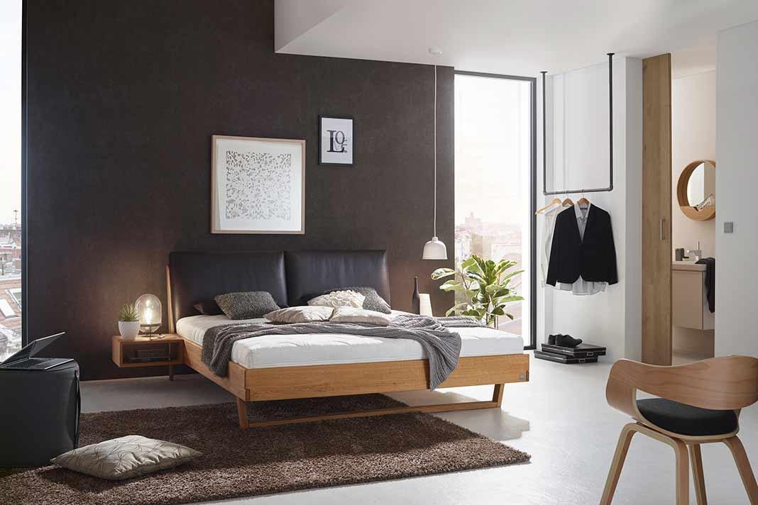 Bett aus Naturholz im Schlafzimmer
