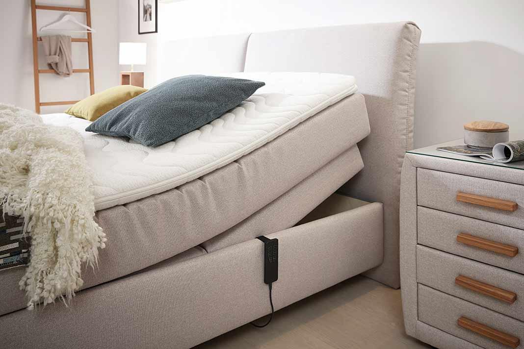 Bettenkauf Boxspringbett mit aufgestellter Matratze im Schlafzimmer