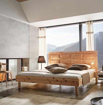 Bett aus Zirben in Schlafzimmer mit Blick auf Berge