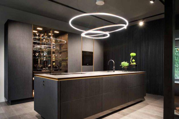 schwarze Küche der Luxusklasse mit Metallelementen