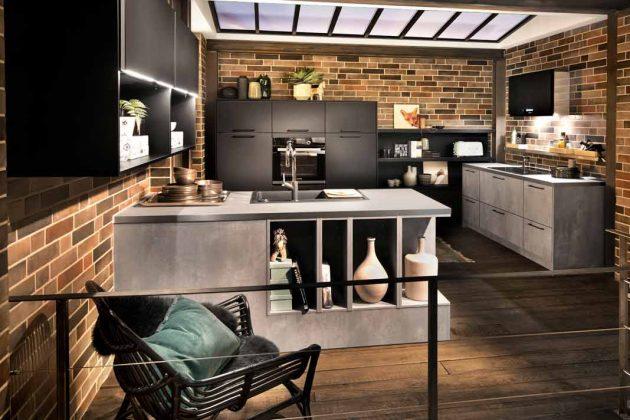 schwarze Küche mit geklitterten Wänden wirkt harmonisch und erinnert an den Industrial-Stil.