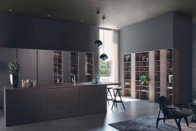 Die schwarze Küche wurde mit dunklem Holz kombiniert.