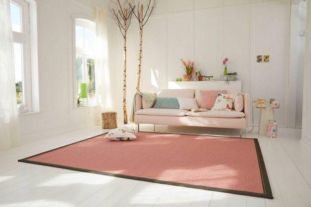 Roter Teppich in Wohnzimmer mit sonst gedeckten Farben