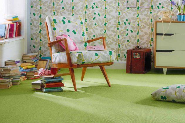 Grüner Teppichboden mit buntem Stuhl
