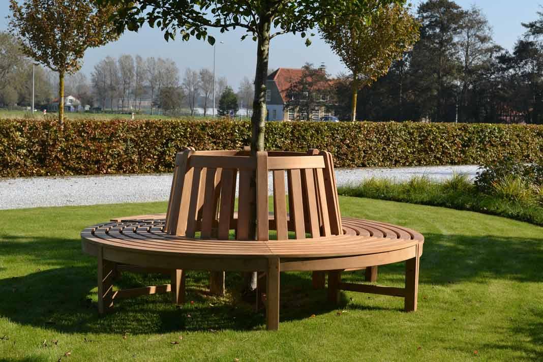Gartenmöbel aus Holz. Baumbank