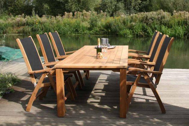 Gartenmöbel aus Holz: Esstisch und Stühle.