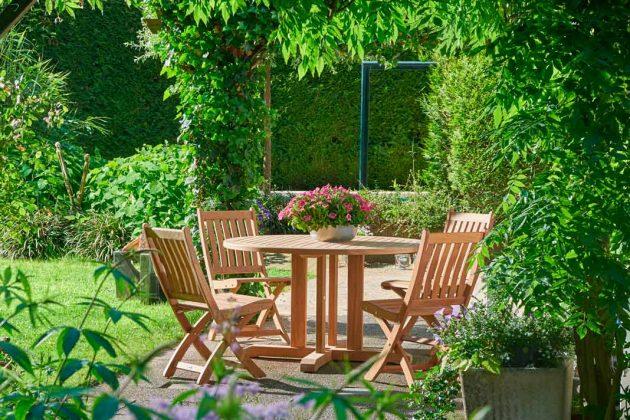 Gartenmöbel aus Holz: Sitzgruppe aus Teakholz.