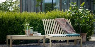 Gartenmöbel aus Holz: Sonnenliege und Gartensofa in einem.