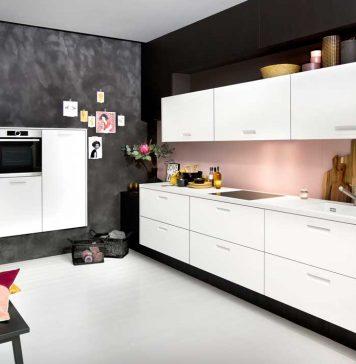 Moderne Küche in schwarz, weiß, rosé.