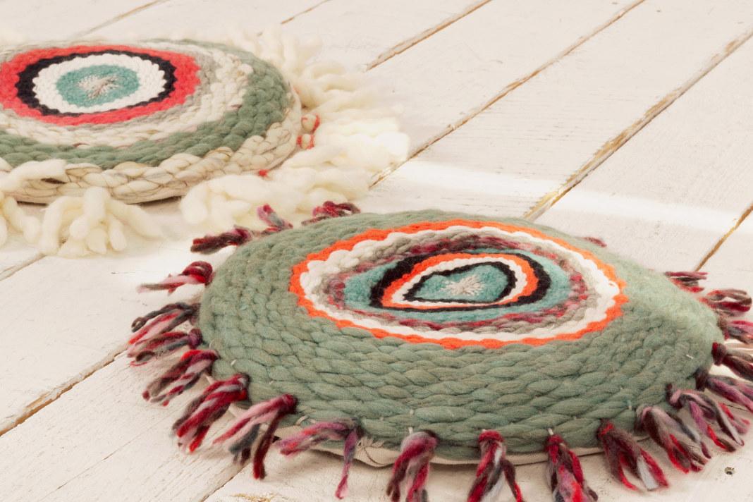 Ein individuelles DIY-Geschenk: das handgewebte Kissen in bunten Farben