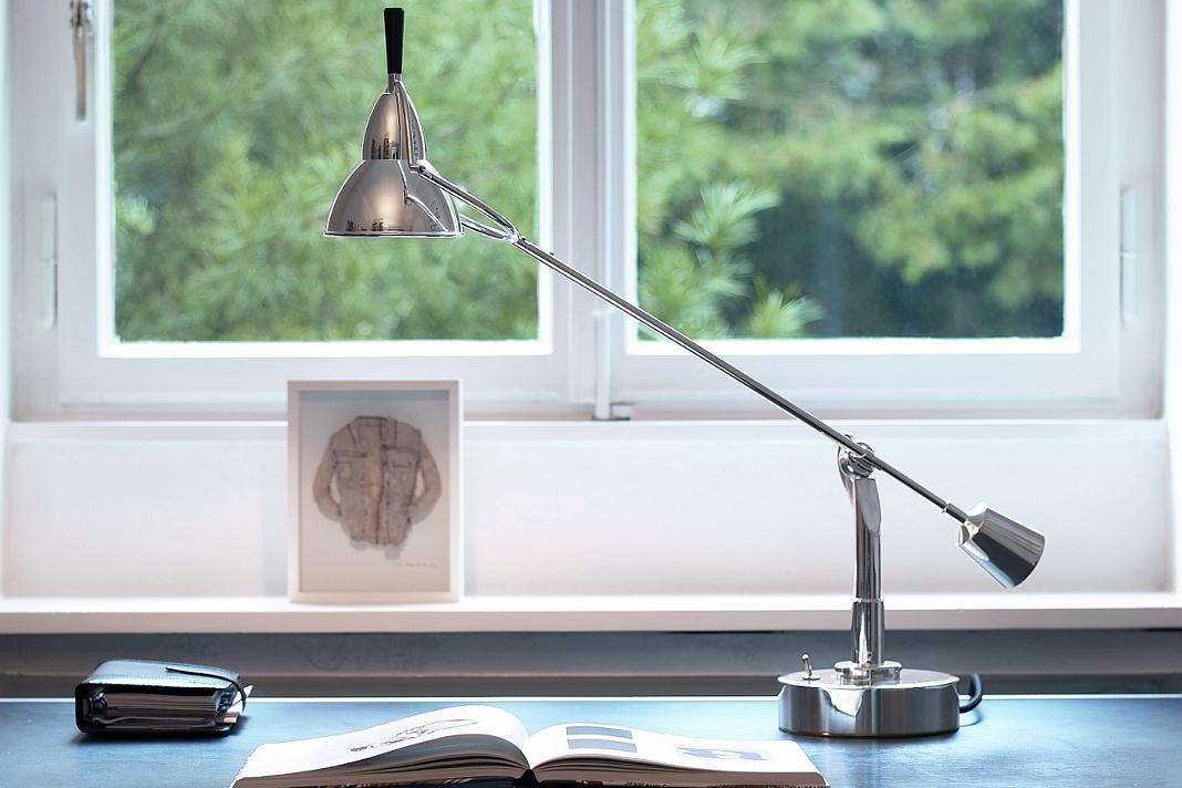 Die Schreibtischlampe Buquet punktet als elegante Leuchte auf jedem Schreibtisch.