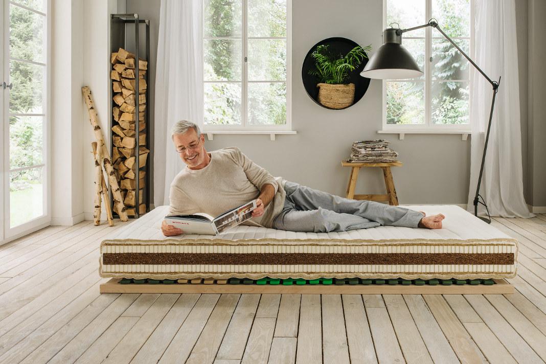 """Matratzentyp """"Vita-Basic"""" von Allnatura für einen gesunden Schlaf: Die Polsterung mit Naturlatex-Schichten lässt den Körper punktelastisch einsinken."""