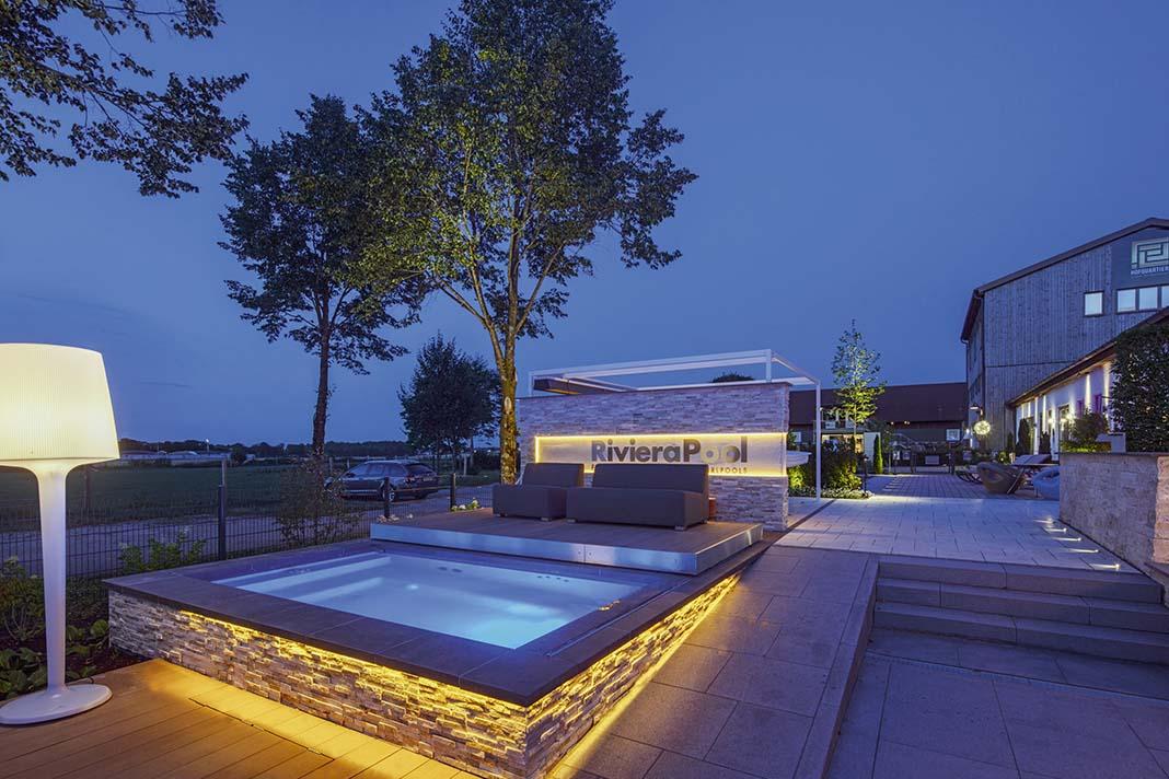 Mini Pool abends Garten