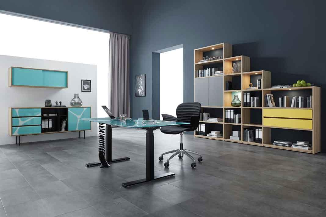 Höhenverstellbarere Schreibtisch mit blauer Glasplatte