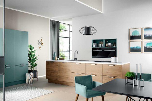 Moderne Küchen in Aquamarin mit hellem Holz liegen im Trend.