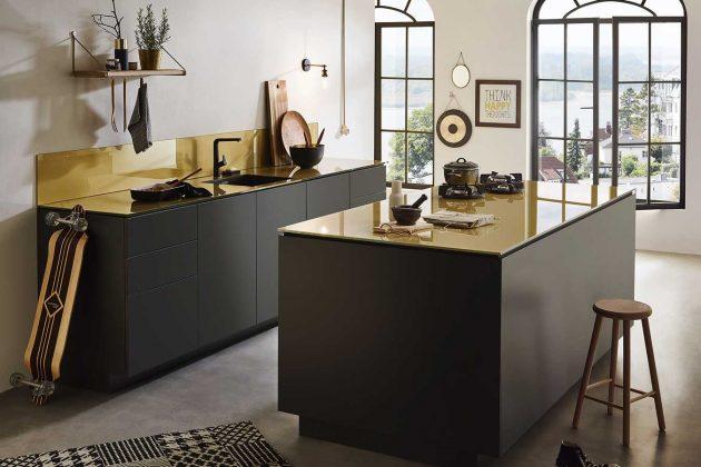 Schwarze Küchen mit goldener Arbeitsplatte.