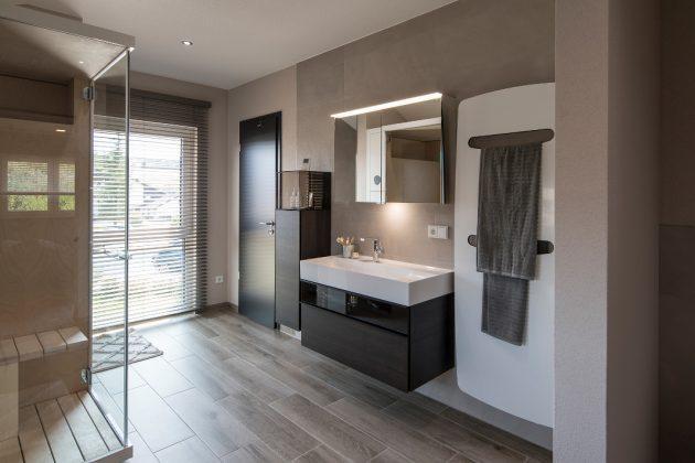 grosszügiges Badezimmer im Musterhaus mit Smart-Home-Technik