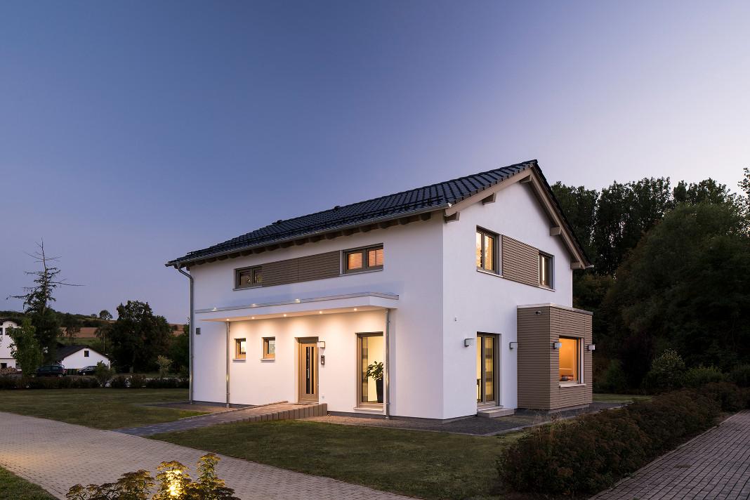 Aussenansicht Eingangsbereich Musterhaus mit Smart-Home-Technik