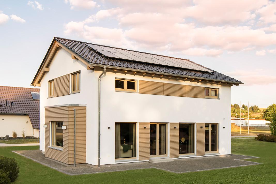 Aussenansicht Gartenseite Musterhaus mit Smart-Home-Technik
