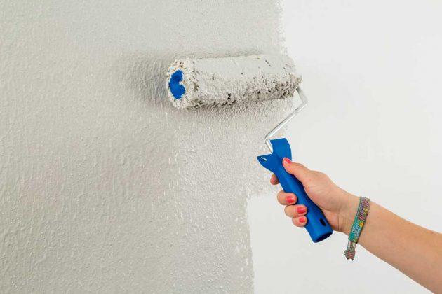 Rollputz kann im Innenbereich einfach mit einer Auftragswalze auf die Wand aufgetragen werden.
