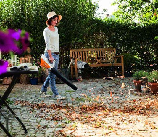 Laubbläser im Herbst im Garten