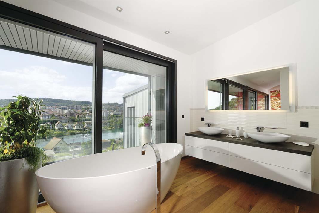 Badezimmer mit freistehender Badewanne in Bauhaus Doppelhaus
