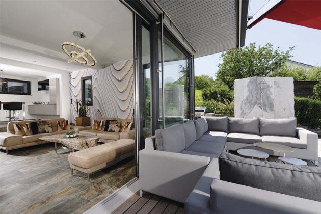 Wohnzimmer mit Zugang zur Terrasse im Bauhaus Doppelhaus