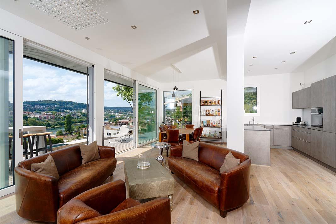 Wohnzimmer mit Ledersofas und Couchtisch