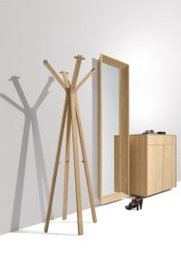 Spiegel mit Kleiderständer und Kommode in Diele