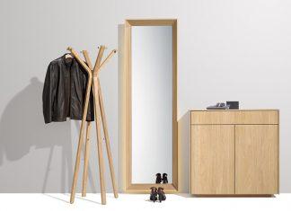 Diele mit Kleiderständer, Spiegel und Kommode