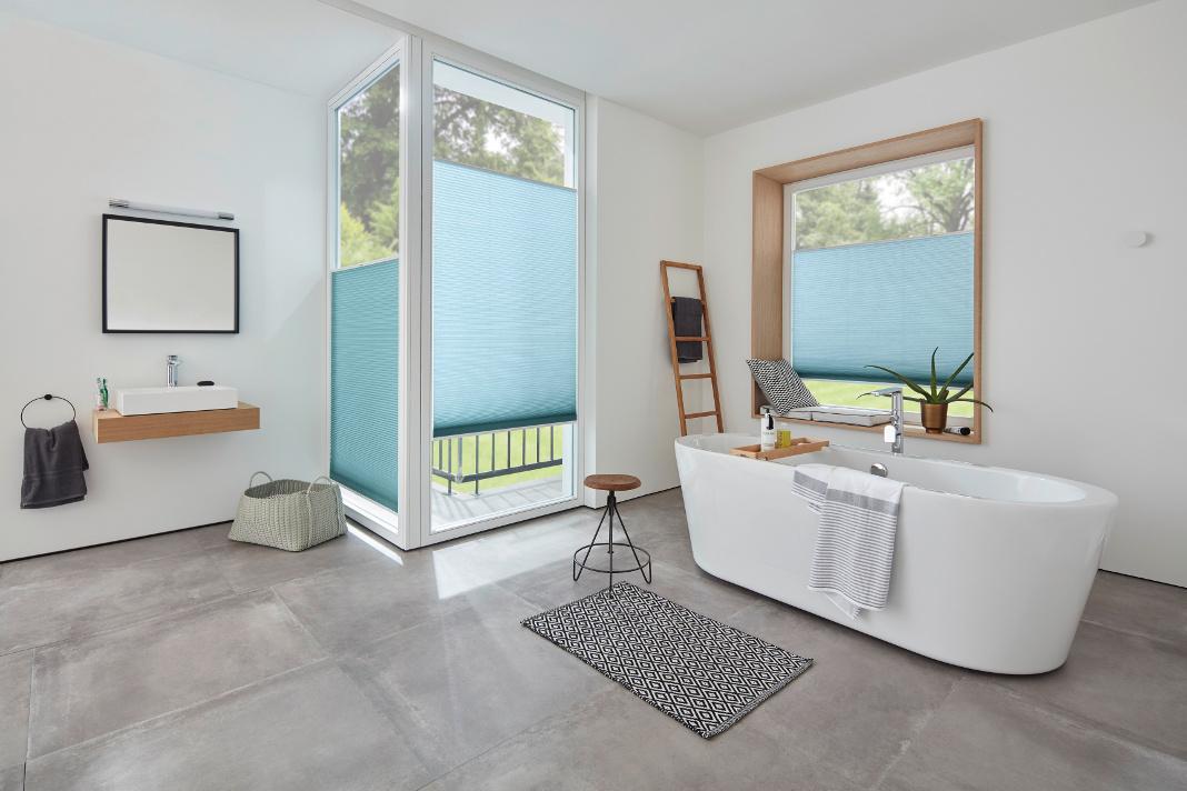 Das DUETTE® Wabenplissee in blau sorgt für einen angenehmen Sichtschutz im Badezimmer.