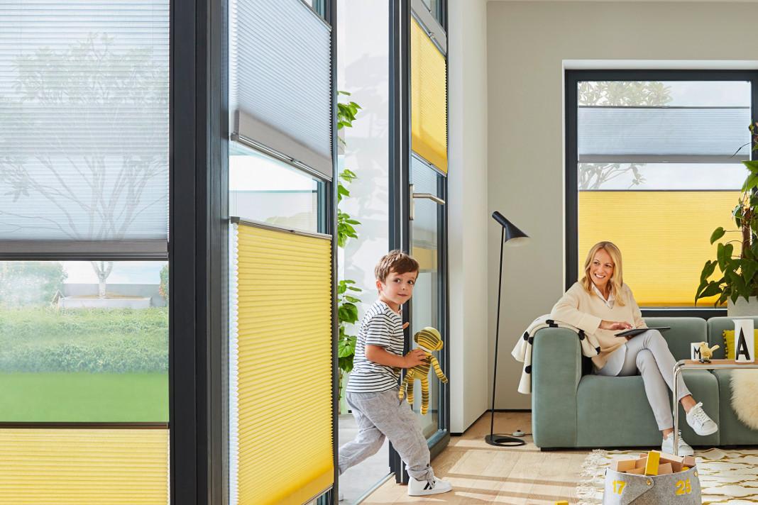 DUETTE® Wabenplissee als effektiven Sonnen-, als auch Sichtschutz im Wohnzimmer.