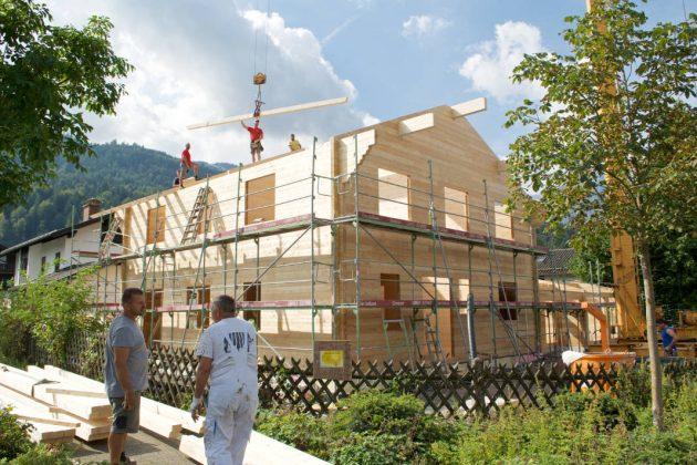 Blockbohlenhaus im Aufbau - vdnr