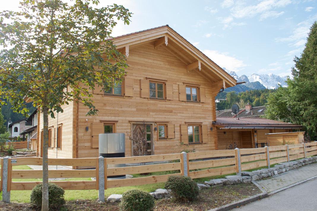 Haus in natürlicher Holzoptik mit flexiblen Holzfaser-Dämmstoffen - vdnr