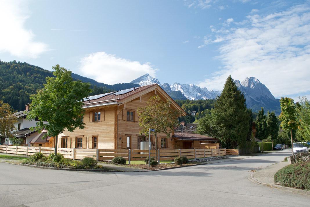 Blockbohlenhaus aus Holz mit flexiblen Holzfaser-Dämmstoffen - vdnr