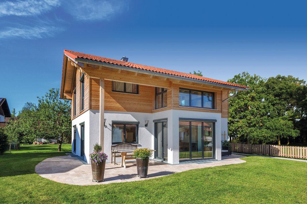 Moderner Landhausstil beim Einfamilienhaus von Isartaler Holzhaus